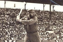Fidel Castro hraje v roce 1959 v Havaně oblíbený baseball