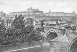 Dobová pohlednice z roku 1907, která zachycuje unikátní jízdu tramvaje po Karlově mostě.