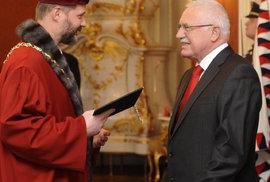 Někdejší rektor Václav Hampl s tehdejším prezidentem Václavem Klausem