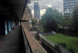 Jedním z dominantních prvků jsou takzvané ulice v oblacích - pavlače, které se táhnou do nekonečna.