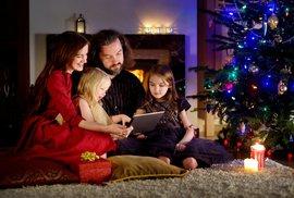 Češi v práci věnují 95 minut denně nákupu vánočních dárků