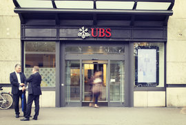Vchod do švýcarské banky UBS.