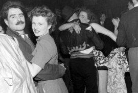 Do slavné koncertní síně vždy na konci roku napochodovalo několik tisíc polonahých bohémských umělců. Ty doplnila zvědavá smetánka a také obyčejní Londýňané. Společně se pak oddávali alkoholu, tvrdým bitkám a veřejnému obnažování.