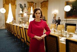 Natalie Portman ve filmu Jackie, kde hraje Jacqueline Kennedy Onassis.