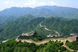 Podle historiků vznikla Velká čínská zeď na obranu před divokými kočovníky. Ve filmu brání Čínu před lidožravými monstry
