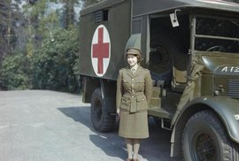 Královna Alžběta II. během 2. světové války a dalších 12 neznámých snímků velkých …