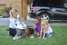 Rodina Andreje Babiše se psem Maxem. Zleva partnerka Monika, syn Fred, Max, Andrej a dcera Vivien