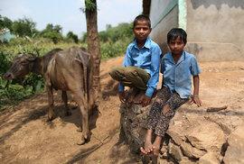 Matka Maheshe a Bhuriho děti opustila. Chlapci žijí u příbuzných a do školy dochází jen velmi sporadicky. Dle vyjádření příbuzných se musí věnovat domácím pracím.