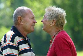 Důchodový systém v sobě skrývá diskriminaci mužů. Ti umírají dříve a mají menší šanci užít si výhod