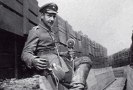 Spojař Bertl udržoval telefonní kabely v provozu v první linii, utrpěl několik zranění, a většinu první světové války tak strávil po lazaretech