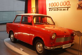 Nejlevnější auta roku 1977. Trabanta jste si mohli pořídit za 15 platů, dnes jich na Dacii potřebujete šest