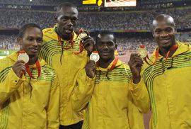 Nesta Carter (druhý zprava) připravil své parťáka o olympijské zlato