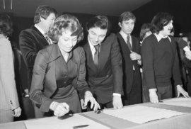 Podepisování Anticharty: Karel Gott asistoval mimo jiné při podpisu kolegyně Yvetty Simonové.