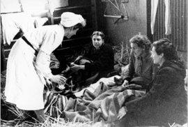 Menstruace v době holocaustu: Jak ji zvládaly ženy v koncentračních táborech