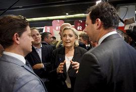 Prezidentská kandidátka Marine Le Penová v kongresovém centru v Paříži, kde došlo k incidentu ochranky s reportérem