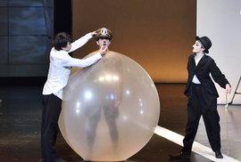 Japonský Chaplin a Hitler zabalený do kondomu. Do Stavovského divadla míří originální představení