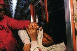New York pod nadvládou cracku: Odvrácená tvář 80. let na silných fotografiích