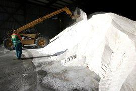 Budoucnost zimní údržby cest? Hledá se ekologičtější alternativa soli