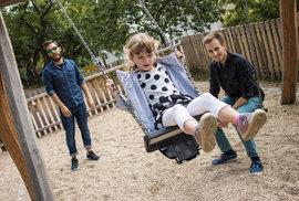 Soud uznal pár českých gayů za rodiče. Má mít Karolínka dva tatínky? A má do toho…