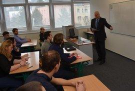 Václav Klaus přednáší 20 studentům Ekonomicko správní fakulty Masarykovy univerzity v Brně transformační procesy v České republice.