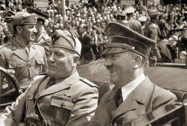 Benito Mussolini vedle Adolfa Hitlera.