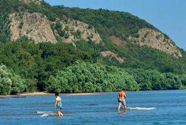 Přívětivé mělčiny se v létě táhnou stovky metrů při obou březích.