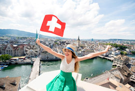 Švýcaři odmítli zrušit televizní poplatky. Jak tam fungují referenda a v čem se liší od českých návrhů?