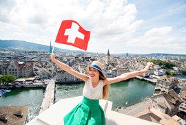 Švýcaři odmítli zrušit televizní poplatky. Jak tam fungují referenda a v čem se liší…