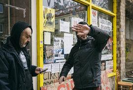 Všichni, kterým vadí právo, spravedlnost a pořádek: Vzhůru do ulic! Páni squatteři z Kliniky protestují