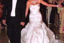 Nevěsta měla šaty od dvorního návrháře módního domu Dior, Johna Galliana.