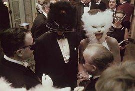 Jen brilianty, perly a černý jantar. Legendární černo-bílý ples Trumana Capota