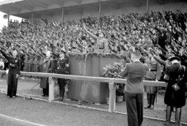 Pražské letní sportovní hry na stadionu na pražském Strahově v roce 1940. U pultíku hajluje říšský sekretář pro Protektorát Čechy a Morava K. H. Frank.