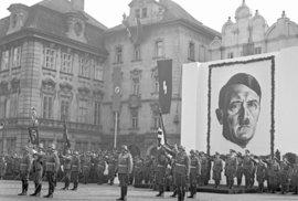 Přísaha nových členů jednotek SS na Pražském hradě v roce 1941.