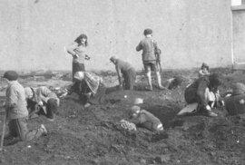 Unikátní snímky: Henryk Ross pohřbil filmy z lodžského ghetta, aby je schoval před …