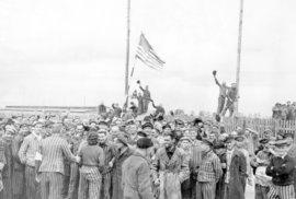 V koncentračním táboře Dachau našli američtí vojáci 30 tisíc živořících lidí