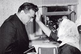 Když kardinál MILOSLAV VLK (84) vsobotu zemřel, vzpomněl jsem si vasociaci sjeho jménem nafilm Vlk zWall Street. Hlavní hrdina, kterého tak skvěle zahrál Leonardo DiCaprio, je vněm milován iproklínán. Důvod? Byl to vizionář, stál si zasvým, nebál se, dosáhl vrcholu, ne všechno se mu ale povedlo. Podobný osud provázel inejvýznamnějšího muže české katolické církve posledních 25 let,  Vlka zpražských Hradčan.