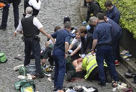 Tobias Ellwood, poslanec, zachraňuje coby bývalý voják pobodaného policistu masáží srdce, Jeho úsilí bylo marné, policista zraněním podlehl.