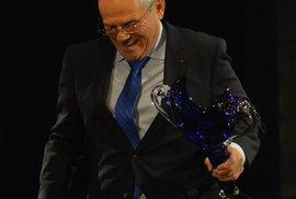 Milan Kňažko získal cenu Thálie v kategorii činohra za roli Jona ve hře Shylock. Předával mu ji ředitel Národního divadla Jan Burian.