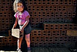 Ruční výroba cihel v Peru: Úmorná práce pro celou rodinu