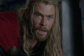Vikinský bůh ztratil vlasy a popral se s Hulkem. Thor: Ragnarok se představuje v prvním traileru