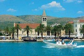 Širší z obou průlivů odděluje ostrůvek, na němž historický Trogir leží, od ostrova Čiovo.