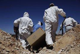 Poušť vydala další těla, ostatky odnášejí forenzní specialisté k identifikaci.