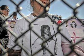 Společný protest amerických a mexických žen. Na snímku Norma Lagunová v tričku s portrétem své dcery Idaly. I ona zmizela, po letech se její tělo objevilo spolu s deseti dalšími.