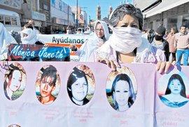 Ženy nesou transparenty s podobiznami pohřešovaných a zavražděných dívek. Požadují pro ně spravedlnost.