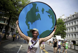 V den, kdy Trump slaví prvních 100 dní v úřadě, ho protestující vyzývali, aby podpořil politiku svého předchůdce Baracka Obamy k zastavení klimatických změn.