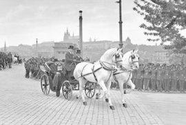 Tomáš G. Masaryk a Antonín Švehla jedou po Mánesově mostě ke třetí volbě prezidenta z Pražského hradu k budově parlamentu roku 1927.