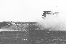 Před 75 lety se odehrála první námořní bitva, v níž se lodě nedostaly na dohled