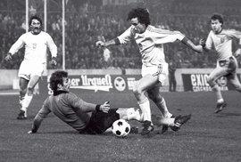 Za reprezentaci odehrál Ladislav Vízek 55 zápasů, vstřelil v nich 13 gólů. Zde v kvalifikačním zápase mistrovství Evropy 1980 (Československo nakonec postoupilo a na ME získalo bronzovou medaili)