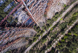 Tajemný radar v srdci Černobylu. Podívejte se na letecké záběry ocelového monstra