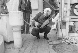 Perská kočka v houpací síti na válečné lodi Godavari. Určena byla k lovení krys.